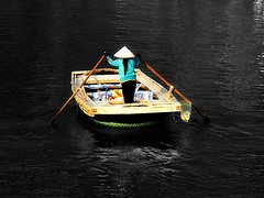 Vitnam - Gennaio 2014 (anton.it) Tags: trip woman holiday water donna asia barca vietnam acqua colori vacanza remi cappello lavoro viaggo baiadihalong canong10 antonit
