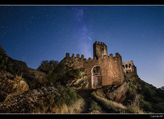 Castillo de Riba de Santiuste (Pogdorica) Tags: lightpainting noche guadalajara estrellas nocturna castillo linterna largaexposicion fotografianocturna ribadesantiuste
