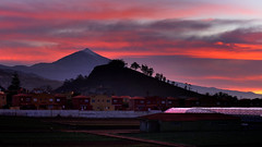 Between red and  mist. (Beatriz-c) Tags: landscape paisaje skies cielo montain montaña sunset atardecer clouds nubes red rojo