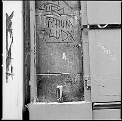 Rhum Ludx (manni39) Tags: paris 6x6 film wall vintage mediumformat square graffiti kodak tmax wand montmartre hasselblad 500c vintagecamera kodaktmax400 planar rollfilm carlzeiss mittelformat moyenformat hasselblad500c carlzeissplanar planar80mm28
