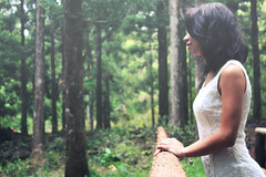 (Emma et la photographie) Tags: portrait nature forest canon photography photo photographie dress femme vert arbres onceuponatime canoneos forêt whitedress photographieartistique robeblanche canoneos600d
