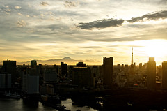 after typhoon (keiko.com) Tags: pink sunset sky cloud mountain building silhouette 35mm gold tokyo nikon cityscape  tokyotower    mtfuji tokyobay gettyimages worldheritage sumidariver  d7000