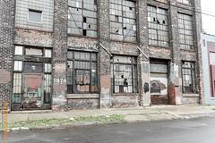X-ing USA (Edi Bhler) Tags: newyorkcity plant building brick grass facade strasse pflanze structure gras bauwerk gebude fassade backstein zerfall vereinigtestaaten 2470mmf28 nikond3 structuredetail bauwerkdetail