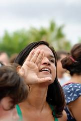 Foram me chamar... (Dani Alvarez Caellas) Tags: barcelona portrait music woman girl mujer retrato festa noia dona retrat candidportrait robat musicphotography robado molldelamarina womanportraiture diadebrasil