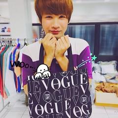 ฮิฮิ  ได้มาแล้วกระเป๋าแถมจาก VOGUE 1st Anniversary Issue ทรงและวัสดุใช้ได้เลย ไม่ก๊องแก๊งจนเกินไป แต่งานนี้ได้มาฟรีจ้า 555+ AE ส่งมา  #vogue #voguethailand #1stanniversary
