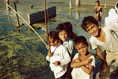 Srinagar, Jammu & Kashmir, India, 1986 (Photox0906) Tags: boy party india lake game water smile smiling children kid fishing asia asien eau child play indian lac dal fisher asie kashmir srinagar pcheur enfant sourire indien partie jammu garon inde jeu canne pche jouer souriant cachemire vision:people=099 vision:face=099 vision:mountain=0583 vision:outdoor=0733