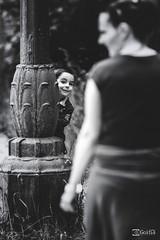 Jugando al Escondite (G. Goitia) Tags: bw game monochrome canon monocromo funny play bn desenfoque processing juego edition nio diversin edicin divertido enfoque procesado canoneos5dmarkii ef70200mmf28lisiiusm