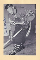 1944-63 NHL Beehive Hockey Photo / Group II - ERIC NESTERENKO (Centre) - Autographed Hockey Card (Chicago Black Hawks) (#131) (Baseball Autographs Football Coins) Tags: hockey beehive 1934 1967 19341967 groupi groupii groupiii woodgrain torontomapleleafs bostonbruins newyorkrangers montrealcanadiens chicagoblackhawks detroitredwings montrealmaroons newyorkamericans card photos hockeycards brooklynamericans nationalhockeyleague nhl ericnesterenko centre