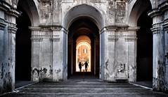 Archi (Japo García) Tags: arcos enamorados pareja palacio barberini roma contraluz simetría fotografía japo garcía arquitectura texturas luz