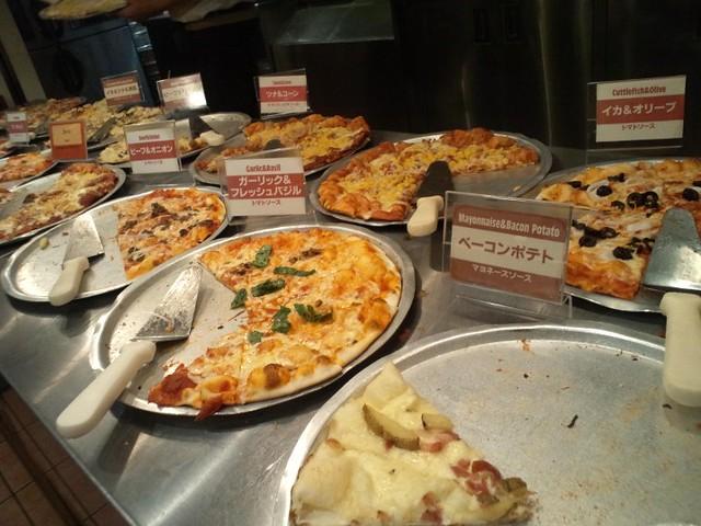 Shakeys横浜店でランチは1050円でピザ&ポテト&ドリンク食べ放題|シェーキーズ横浜西口店