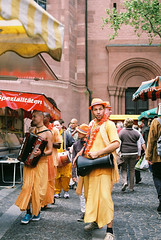 Hare Krishnas (Rute Andr) Tags: orange film 35mm 50mm iso200 hare superia analogue krishna mainz fujicolor