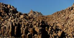 La Montaa Tan Poderosa Imponente e infinita. En la historia de la humanidad siempre se ha hablado de que la vida surgio de una montaa que el planeta solo era agua y surgio una extensin de tierra elevada... por eso las piramides Foto:El Lemus (El Lemus) Tags: california mountain la rocks pyramid el sierra baja montaa rocas mexicali montaas piramide rumorosa lemus cucapa cucapas