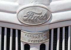 tractor ford emblem logo badge tracteur radiateur 9n emblème machineagricole matérielagricole fergusonsystem systèmeferguson