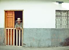 (Laura Colom) Tags: street door people man southamerica canon calle ecuador puerta gente hombre sudamerica malacatos