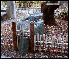 Adaption (DameBoudicca) Tags: rock japan stone fence temple tokyo buddhism  nippon  sten zaun roccia stein   japon buddhisttemple giappone templo nihon roca koto valla tempel tokio bouddhisme tempio budismo clture japn fukagawa gestein buddhismus  staket  buddhismo   recinto kt  buddhisttempel