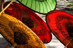 paper umbrellas (hjuengst) Tags: light sun color art umbrella paper licht colorful asia asien burma kunst bamboo sunshade parasol myanmar papier sonne birma handcraft bagan handwerk bambus regenschirm schirm sonnenschirm redrossorougerood vision:outdoor=0525