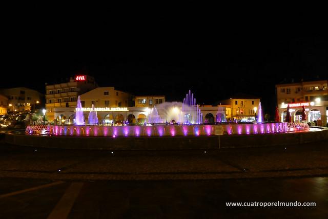 Fuente iluminada en la plaza central de Marmaris