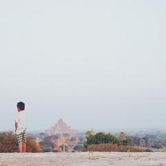 """วันที่สองของการปีนขึ้นเจดีย์ไปดูพระอาทิตย์ตกของพุกาม เราแอบเลี่ยงที่จะไม่ปีนขึ้นไปบนเจดีย์สวยๆ ชื่อดัง เพราะทัวร์ลงเยอะเกินไป เราเจอเด็กคนนี้โบกจักรยานอยู่ข้างทาง ตะโกนภาษาอังกฤษว่า """"sunset sunset!"""" เราเลยตกลงใจว่าจะขอขึ้นไปดูพระอาทิตย์ตกบนนี้ละกัน เด็กน้"""