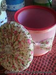 Lata revestida com tecido (Caldeirão do Artesanato) Tags: portatreco latadecorada artesanatoemlata reciclandolata