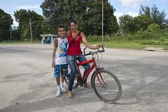 Mi primito con una de sus maestras (lezumbalaberenjena) Tags: santa clara mujer cuba bicicleta villa bicicle nio villas 2013