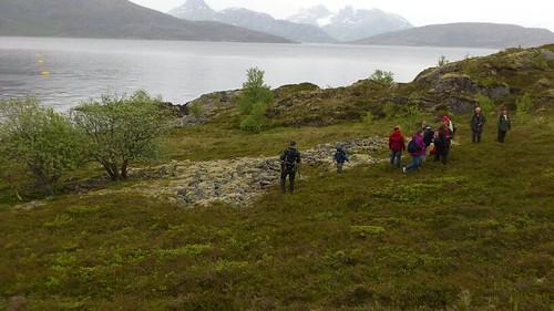 """Vi var 21 personer på tur på hjartøya. Vi så på graver sannsynligvis 2 til 4000 år gamle. Like ved anlegget til mainstream. Arkeolog var med og registrerte. <a style=""""margin-left:10px; font-size:0.8em;"""" href=""""http://www.flickr.com/photos/110173116@N08/11116308353/"""" target=""""_blank"""">@flickr</a>"""
