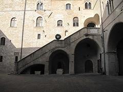 Il cortile di Palazzo Trinci a Foligno. (sangiopanza2000) Tags: italy italia stairway umbria cortile scalinata foligno palazzotrinci sangiopanza
