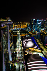 Bayfront avenue - Singapour (Erminig Gwenn) Tags: canon canoneos6d canon6d adoblelightroomcc adobelightroom6 lightroom fullfrae pleinformat 24x36 singapour singapore nuit night marinabaysands hotelhôtel nocturne bynight denuit nighty asie asia city town fromabove vuedenhaut panorama signtseeing sight vue view downtown centre center centreville marina rooftop skybar skyline skycraper ckycrapers grattesciel fratteciel lignedhorizon port harbour reflet reflects reflection lights lumières altitude heigh vertical street avenue boulevard lines lignes fuite façade verre glass