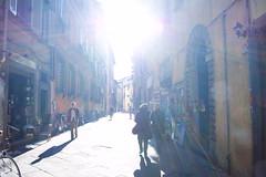 FOlla (J jeid) Tags: light people sun persone luci sole sunbeam raggi ligh giochidiluce
