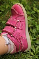 Babyschuh (Eisregen87) Tags: baby feet child outdoor wiese kind gras grn schuh spielen fus drausen
