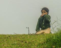 Pequea que a pesar del fro extremo cuida de sus ovejas (Mario Santizo) Tags: ro river guatemala neblina huehuetenango chiantla flickrgt sibil nacimientoroselegua