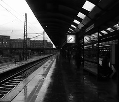 bahnsteig (mr smith505) Tags: bw clock hamburg sw hbf uhr