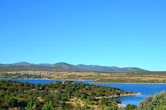Pantano de El Atazar I (Madrid) (Mrm Blue) Tags: sol agua verano vacaciones descanso montaas calor cieloazul sierrademadrid pantanoelatazar