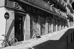"Abre ""El Maño"" (Joe Lomas) Tags: candid realphoto street urbanphoto realidad fotoreal reality streetphoto robados fotourbana fotoenlacalle callejero calle robado leica spain españa madrid urban urbano leicaphoto photostakenwithaleica m8 letrasdemadrid"