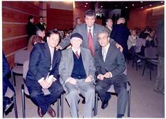 El señor Concejal de Valparaíso, D. Eugenio González Bernal con los Ciudadanos Ilustres de Valparaíso, seres. D. Guillermo Valdivia, D. Volodia Teitelboim y D. Juan Estanislao Pérez. Martes 18 de abril de 2006.