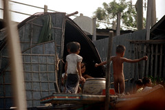 19-117 (ndpa / s. lundeen, archivist) Tags: people color film water kids 35mm children thailand boat canal bangkok nick houseboat canals thai watersedge 1970s 1972 19 1973 klong dewolf khlong klongs nickdewolf photographbynickdewolf khlongs reel19