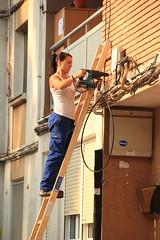 En la imagen se puede ver a una t�cnica realizando una instalaci�n en un edificio