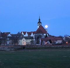 Mondschein ber Torgau, Marienkirche, Alte Kanzlei und Denkmal der Begegnung (harald.alex) Tags: marienkirche der denkmal torgau alte kanzlei mondschein begegnung