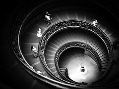 SALUDOS (ESPACIOMILCIENTO) Tags: shadow roma blancoynegro architecture stairs atardecer noche sombra romano vaticano cielo nica hechoamano vision:outdoor=0549 espaciomilciento