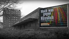Hannover: Mach was gegen hsslich (I) (pix-4-2-day) Tags: hannover hanover hsslich hornbach werbung plakat bunt schwarzweis farbe farbig kontrast gterbahnhof graffiti hochhaus grau treppe hauptgterbahnhof wendeltreppe feuertreppe werbeplakat pix42day
