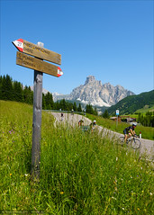 Da geht's lang (Torsten Frank) Tags: italien sport cycling outdoor hiking pass schild signpost alpen wandern sdtirol altoadige gebirge dolomiten wegweiser passocampolongo corvara strase campolongo sassongher gadertal passstrase geislerpuezgruppe