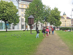 Tourists in Oslo (mittalbum) Tags: summer oslo pigeons tourists pigeonhouse dogowner christianfrederiksplass canonpowershots90