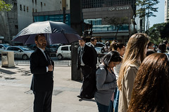 L1001388 (igorschutz) Tags: street brazil pessoas sãopaulo terno sinal paulista calçada avenidapaulista travessia guardachuva pedestre