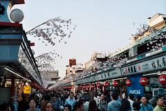 Photo17_14A (romuleald) Tags: street film japan analog tokyo kodak iso400 crowd 400 asakusa rue portra japon  crowded argentique nationphoto japonolympus japon2014 japonolympus2014