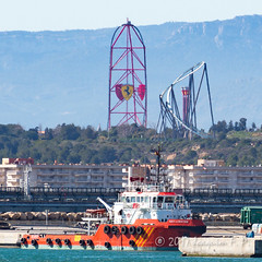 Red Force y RED LOBSTER (Joaquim F. P.) Tags: portaventuraworld joaquimfp tarragona puerto redlobster acelerador vertical ferrariland redforce port red force atraccion theme park tug offshoresupplyship vessel barco