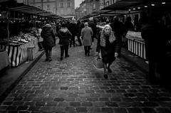 A contre sens (Olivier DESMET) Tags: candid lesgens noirblanc street monochrome olivierdesmet nb blackandwhite bw photosderue streetphoto 28mm ricohgr ricoh gr
