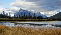 Mt. Rundle - Banff National Park, Alberta, CA (André-DD) Tags: kanada canada panorama wolken clouds wolke cloud sonne sun wasser water lake see seen vermillionlakes banff banffnationalpark nationalpark alberta natur nature bäume baum trees tree berge mountains mountain reflektion reflection herbst autumn fall cans2s outdoor sky landscape mtrundle rundle pond