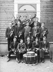 Førde brass band, ca. 1928-1930 (Fylkesarkivet i Sogn og Fjordane) Tags: norway noreg norge sognogfjordane sunnfjord førde olaifauske førdehornmusikk brassband drums groupportrait men boys trumpet clarinet