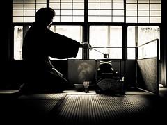 Leçon de thé du maître quand l'élève n'arrive pas à se concentrer - 03 (Stéphane Barbery) Tags: japan kyoto 京都 日本 japon sensei sasaki thé 茶 茶道 leçon chashitsu urasenke temae sadô 風炉 furô
