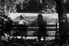 Sol y sombra (Zalosev) Tags: parque urban bw blancoynegro sol canon sevilla mujer spain banco gimp sombra seville andalucia bn urbana hombre parquedemarialuisa canoneos400d vision:sky=0604 vision:outdoor=0908