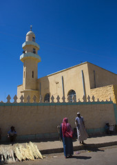 Mosque Minaret, Adi Keyh, Eritrea (Eric Lafforgue) Tags: 2people adultsonly africa africaorientaleitaliana architecture clearsky color colorpicture colour colourimage colourpicture day eastafrica eri3856 eritrea ertra hornofafrica islammuslim italiancolonialempire italiancolony outdoors photography realpeople twopeople unrecognizableperson vertical women adikeyh       eritre eritre eritreia eritria eritreja eritrja  eritreo eritreya   erythraa  rythre erytrea erytreja